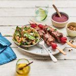 Brochettes d'onglet de veau, réduction et jus de framboises