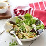 Salade de printemps, AOP Ossau-Iraty, sauce au miel et graines
