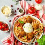Pâtes aux boulettes de lentilles et haricots, sauce tomate et burrata